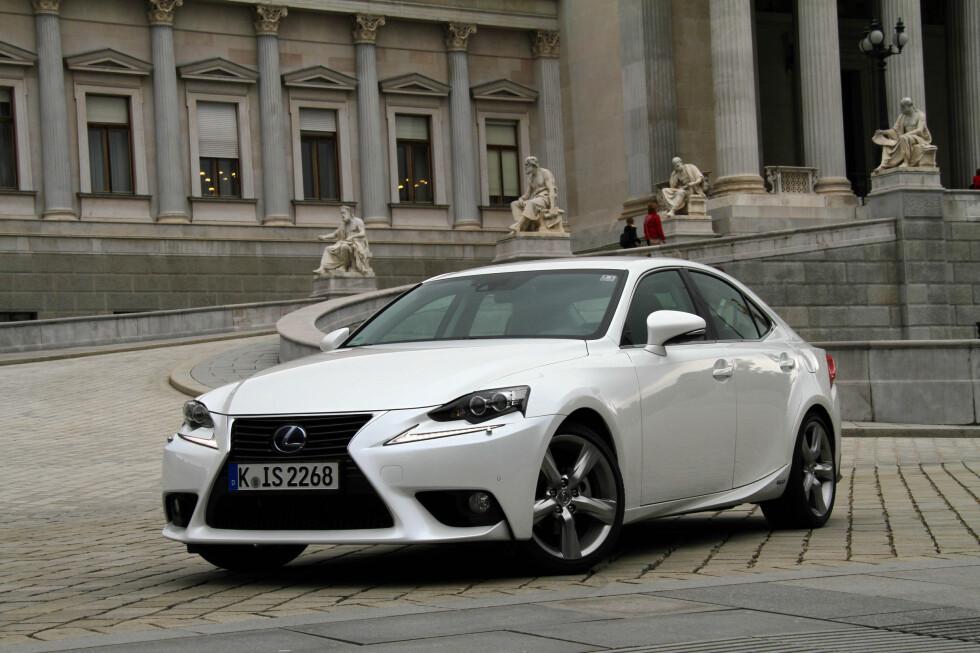 <strong><B>TIL TOPPS:</strong> </B> Selv om Lexus IS vinner totalt, tar den seieren fordi den jevnt over scorer veldig godt. Den topper nemlig bare på ett punkt: At den er enklest å kjøre.  Foto: FRED MAGNE SKILLEBÆK