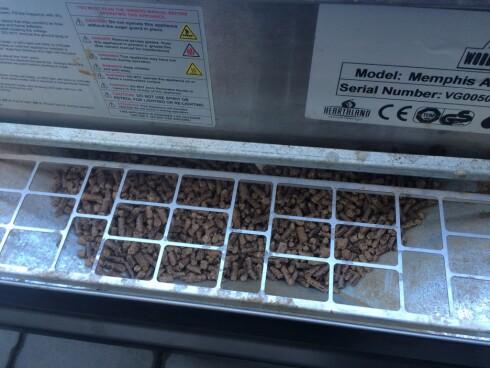 FORSKJELLIGE SMAKER: Det finnes ulike smaker på pelletsene, Grillsjefen anbefaler eple til svin. Foto: INE-ELISE HØIBY