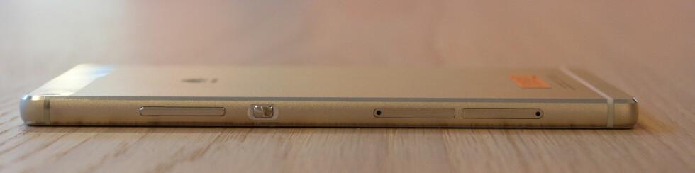 ALT PÅ HØYRE SIDE: Her finner du både volumknapper, av og på-knapp samt porter til SIM-kort og micro SD-kort.