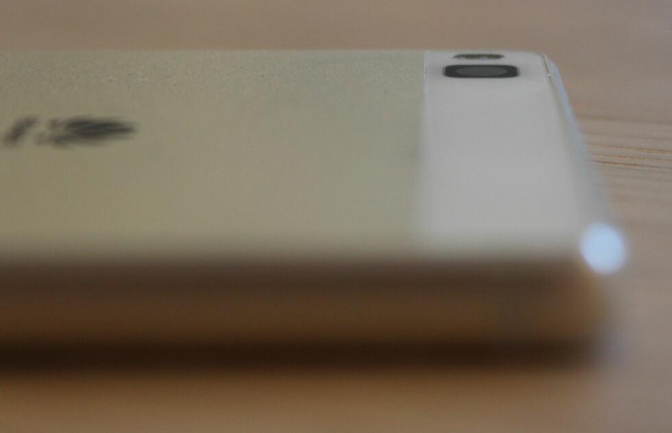 GÅR I ETT: I motsetning til flere andre toppmodeller, stikker ikke kameraet ut fra Huawei P8, selv om også denne har optisk bildestabilisator. Foto: PÅL JOAKIM OLSEN