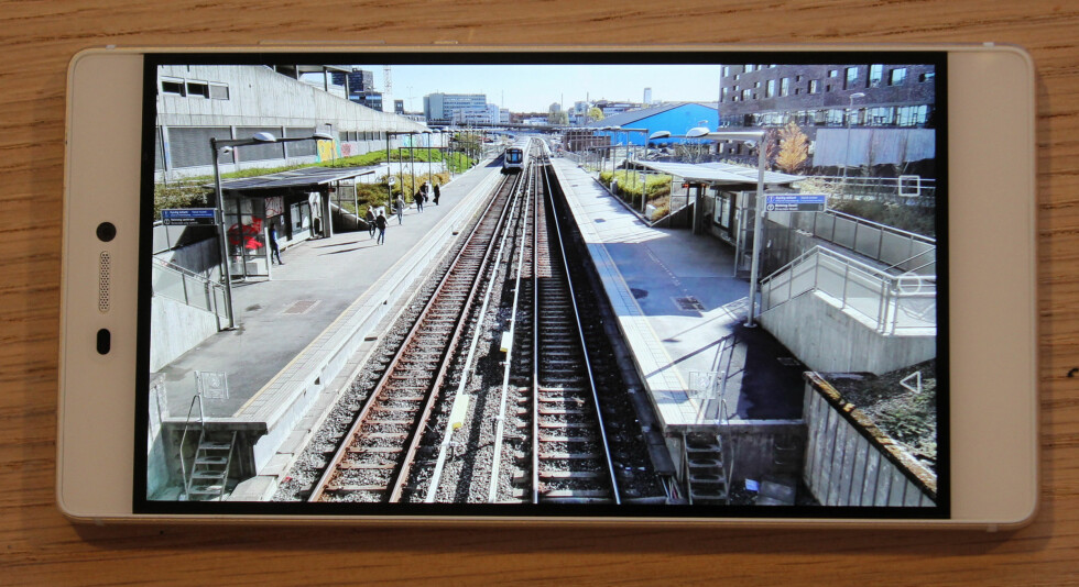 GOD SKJERM: Huawei-skjermen er både lyssterk og har god hvitbalanse. Begge kan dessuten justeres.