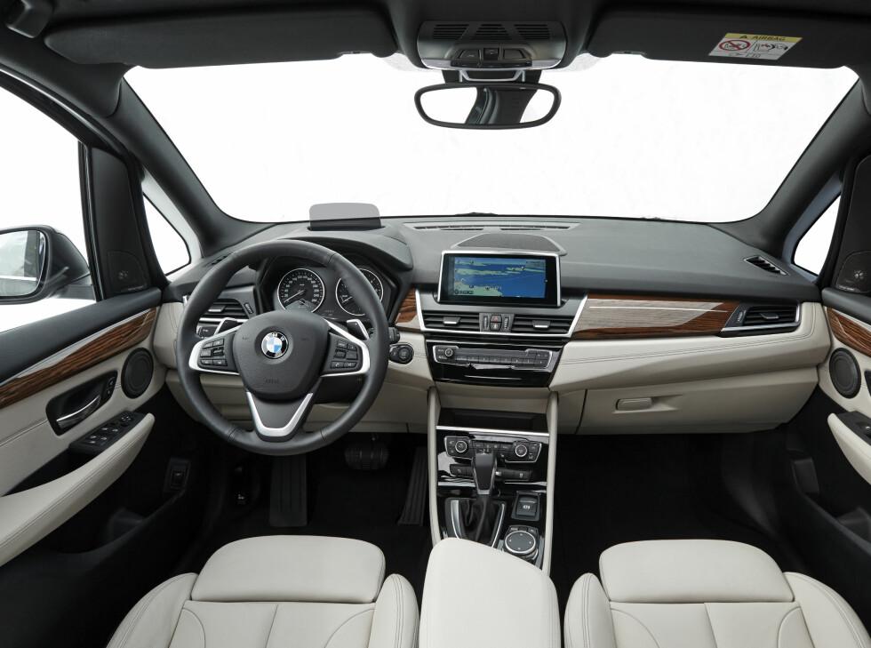 BRA, MEN: Det kunne vært flere oppbevaringsrom rundt forbi og deler av materialene har uvant mye plast til BMW å være. Foto: BMW