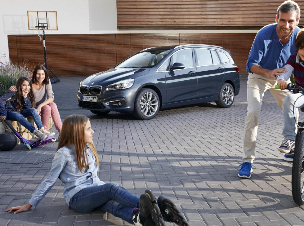 HAPPY FAMILY: Slik ser BMW seg for at bilen blir en naturlig del av familien. Foto: BMW