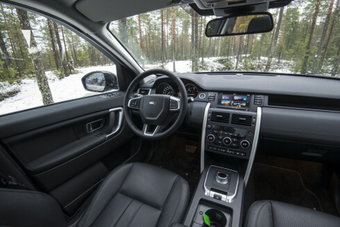 ENKELT: Det er litt mye hardplast inne i Land Roveren. Skjermen og den opplevde kvaliteten holder ikke helt mål opp imot de største konkurrentene. Foto: JAMIESON POTHECARY