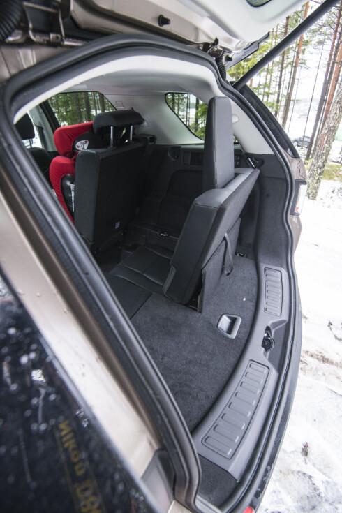 TOMGODS:  Det er ikke plass til stort mer enn ett par tomflasker om du tar i bruk alle sju setene i Land Roveren.  Foto: JAMIESON POTHECARY