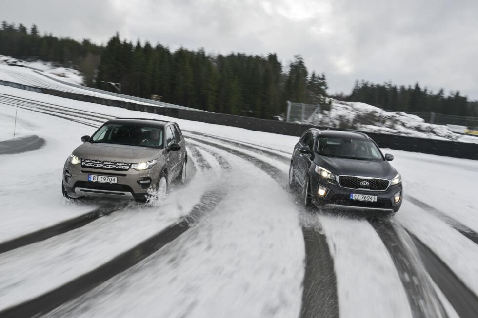 SUV-ERENE: Land Rover Discovery Sport og Kia Sorento er splitter nye og tilbyr alt en familie kan ønske seg av framkommelighet, plass og komfort.  Foto: JAMIESON POTHECARY