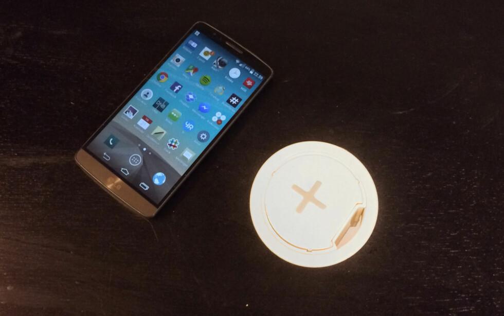 KLAR TIL BRUK:  Med en kompatibel mobil er det bare å legge den på laderen. Foto: BRYNJULF BLIX