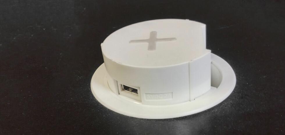 USB TILKOBLING:  For utstyr som ikke kan lades trådløst er det en USB-kontakt. Trykk på ladeenheten så popper den opp. Foto: BRYNJULF BLIX