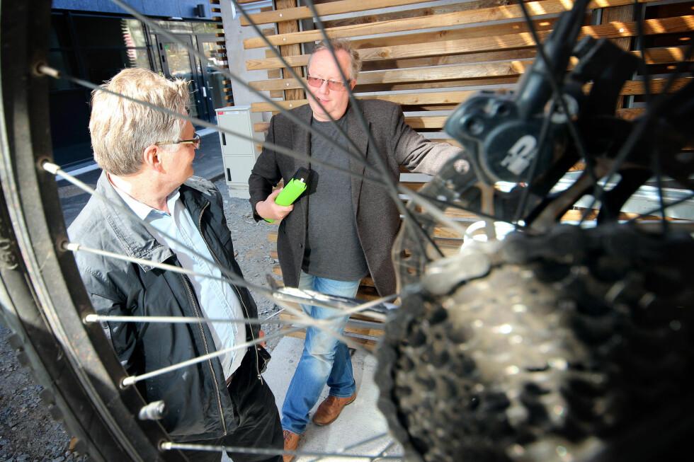TO MENINGER: Tore Neset (til venstre) og Brynjulf Blix diskuterer i denne artikkelen elsykkelens fordeler og ulemper. Vi har begge testet flere elsykler for Dinside. Foto: OLE PETTER BAUGERØD STOKKE
