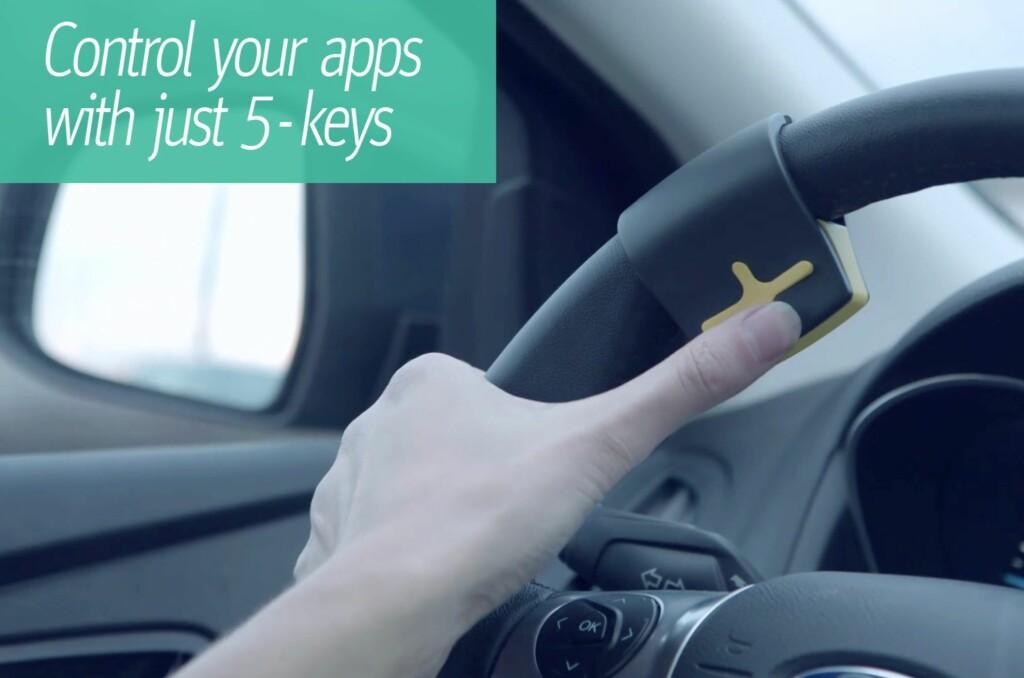<b>HENDENE PÅ RATTET,ØYNENE PÅ VEIEN:</b> Med RayGo har du full kontroll på både bilen, veien og mobilen uten å fjerne hendene fra rattet, eller øynene fra veien.  Foto: RAYGO