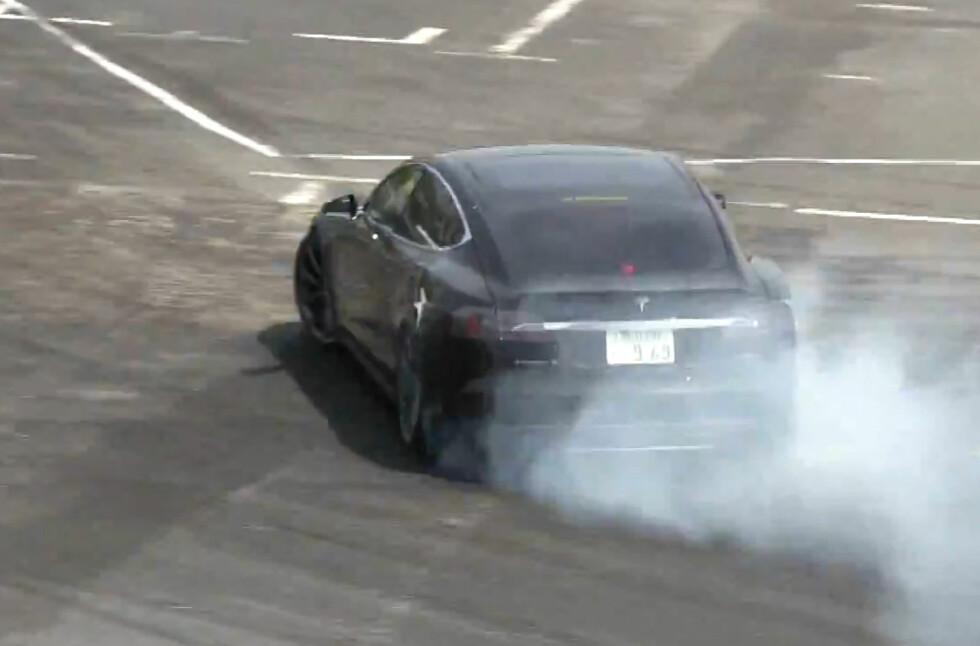 SPENNING I HVERDAGEN: Nei, det er ikke eksosrøyk... Dette er en Tesla Model S i fullt driv rundt driftingbanen! Foto: SKJERMDUMP FRA YOUTUBE