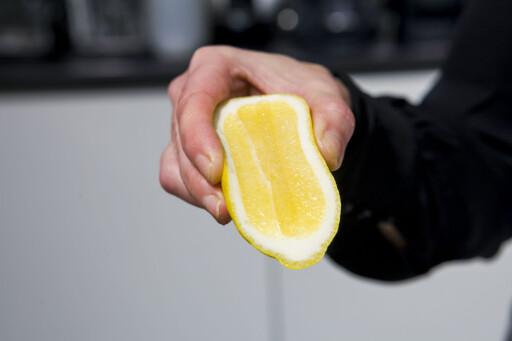 BOLLE I PLAST? Skjær en bit av en sitron og gni snittflaten inni bollen. Foto: PER ERVLAND