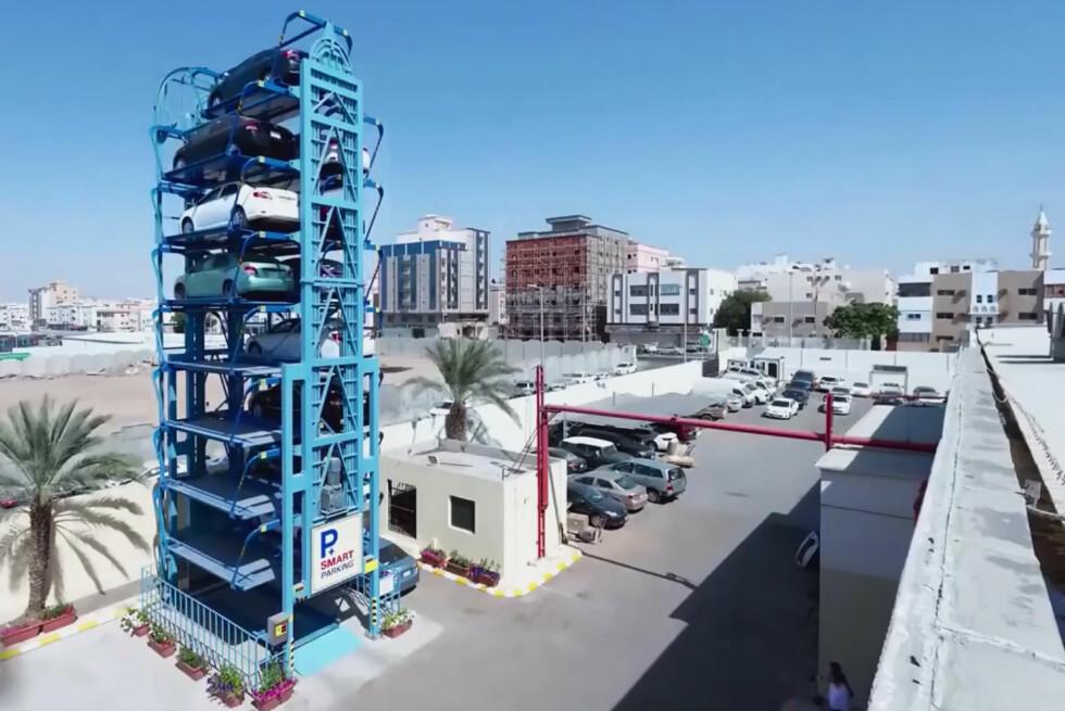 RUNDT OG RUNDT: Denne blå riggen kan settes opp på fem dager og rommer hele 16 biler.  Foto: SMART PARKING