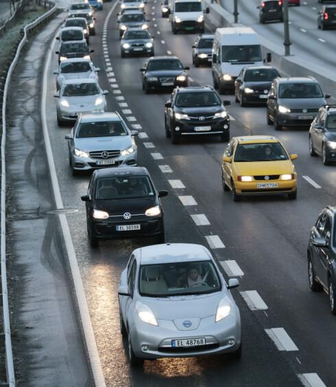 FYLLER OPP: Særlig i rushtiden preges kollektivfeltene ved de store byene stadig mer av elbiler. Foto: LISE ÅSERUD / SCANPIX