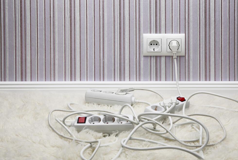 FÅ ORDEN: Kabelrot på gulvet er verken pent eller særlig trygt. Heldigvis finnes det gode løsninger. Foto: NTB SCANPIX