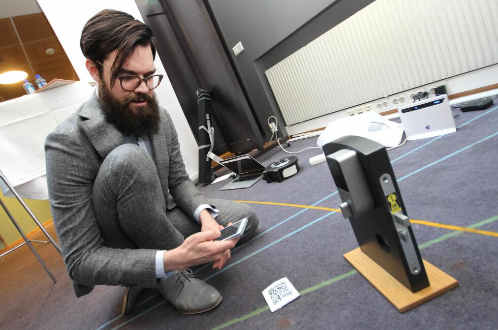 BANK, BANK: Gjennom BankID på mobil låser Jørund Leknes opp denne minidøra, som har en helt standard smartlås installert.  Foto: OLE PETTER BAUGERØD STOKKE