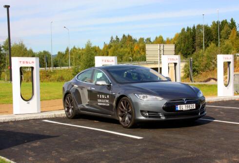 SUPERLADER: Tesla har løst rask lading med sine superladere.  Foto: Knut Moberg