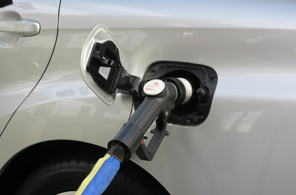 Plugg inn: Bilen må kobles til, uavhengig av om det er strøm eller hydrogen som kommer ut av pistolen.   Foto: Fred Magne Skillebæk