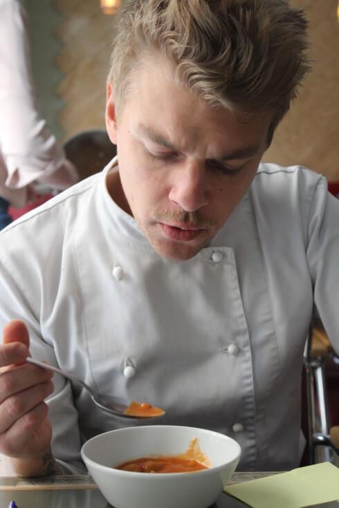 SMAK: Kjøkkensjef Markus Storm Dalseg har vurdert blant annet smaken på ferdigsuppene. Foto: ELISABETH DALSEG