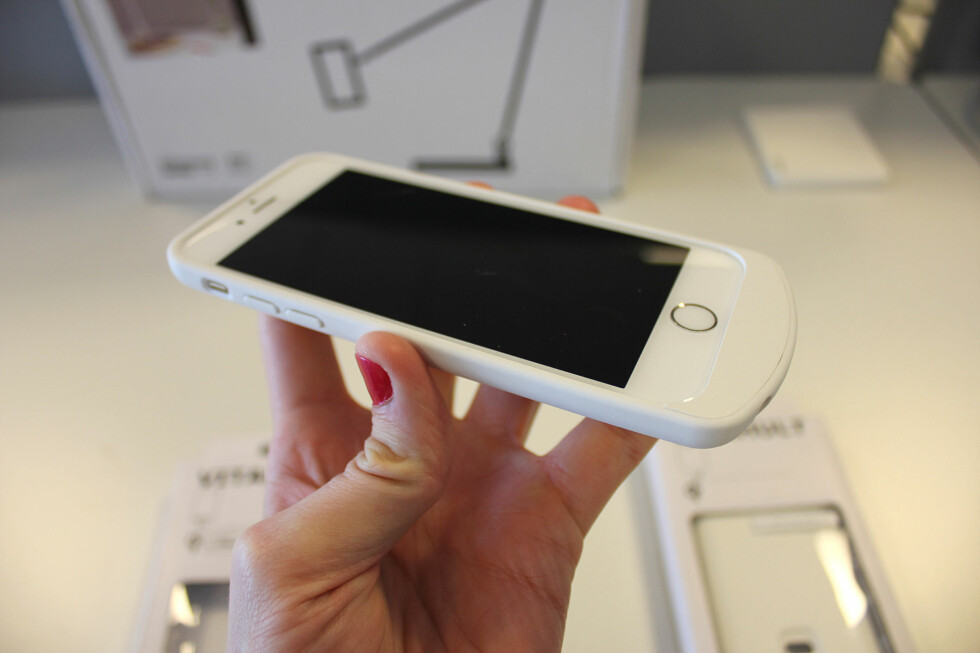 KLUMPETE: I bunnen av iPhone-dekselet sitter det komponenter som gjør trådløs lading mulig. Det gjør også at telefonen blir unødvendig stor (og lang). Foto: KIRSTI ØSTVANG