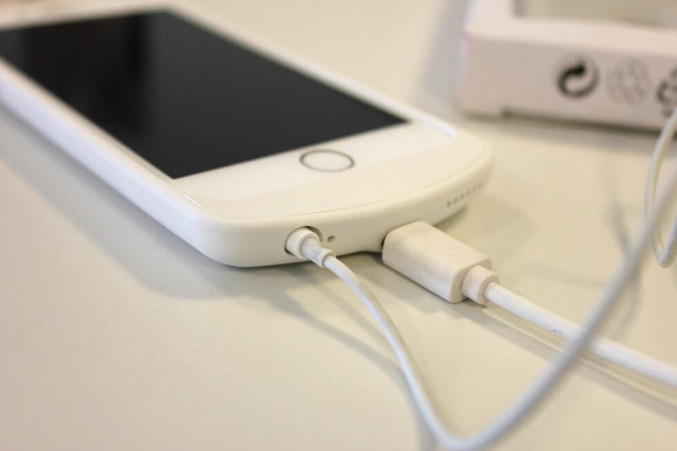 MIKRO-USB: Hvis du ikke er i nærheten av en trådløs lader, kan du lade iPhone med mikro-usb-kabel når dekselet er på. Foto: KIRSTI ØSTVANG