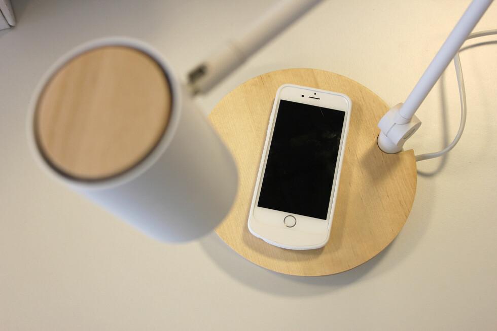FARVEL TIL KABELSTYRET? Med Ikeas nye møbler kan du lade mobilen trådløst. Men hvor bra fungerer det? Foto: KIRSTI ØSTVANG