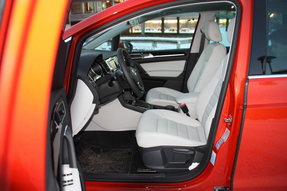 å SETTE SEG INN: Og ikke ned - det er det mange som setter pris på. Også foran oppleves VW Golf Sportsvan som befriende romslig og det er godt med god hodeplass tross glasstaket. Foto: KNUT MOBERG