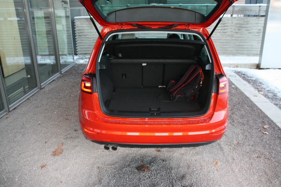 SVELGER MYE: Bagasjerommet i Sportsvan rommer ifølge produsenten 500 liter. Det er 120 liter mer enn Golf, men mindre enn stasjonsvognen som byr på hele 610 liter.  Foto: KNUT MOBERG