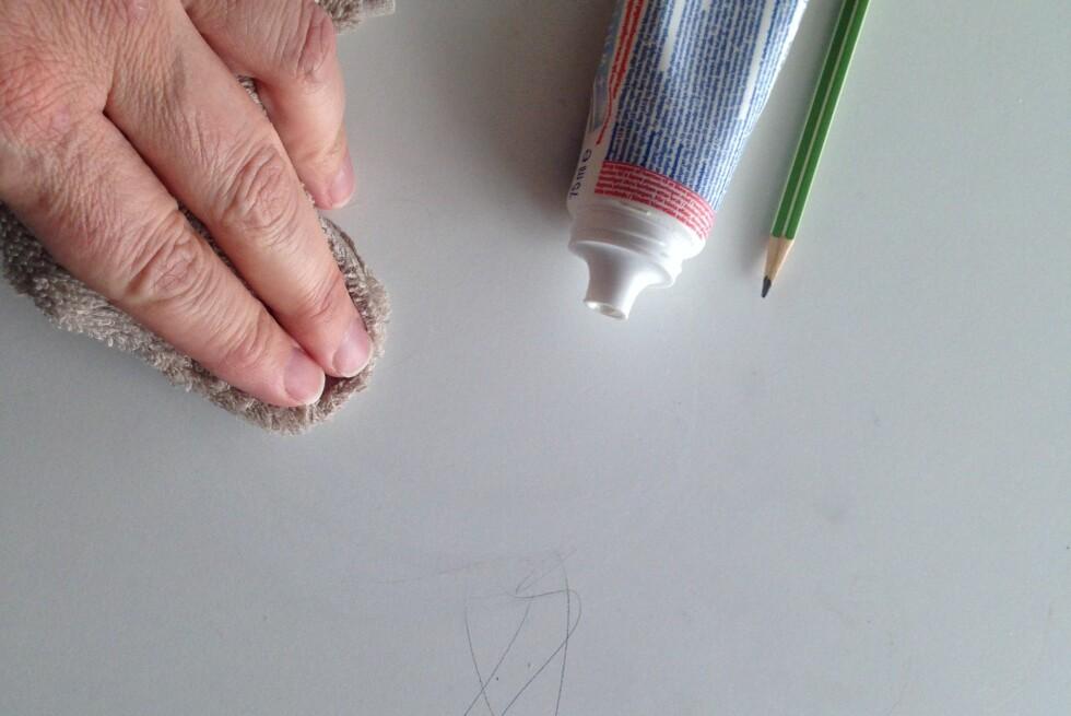 NØDLØSNINGEN: Vi prøvde først å fjerne blyantstrekene med vann uten særlig effekt. Tannkremen derimot, tar dem umiddelbart, og etterpå tørker vi vekk med lunkent vann. Bivirkningen er at det lukter friskt også. Foto: KAROLINE BRUBÆK