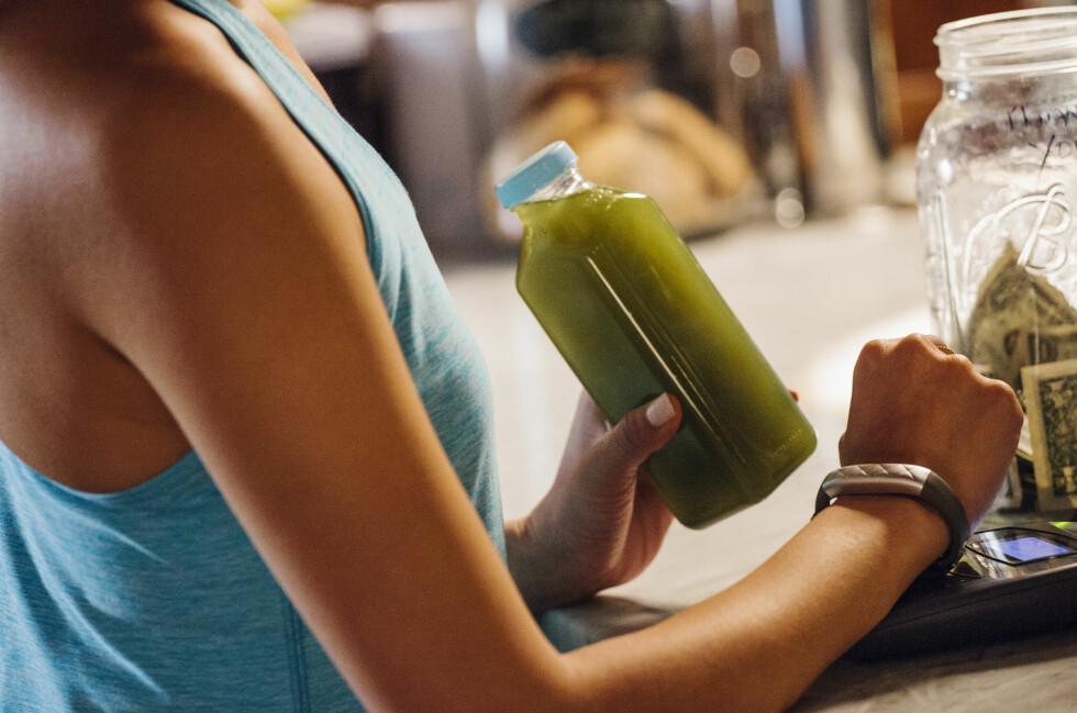 IKKE BARE TIL TRENING: Jawbones nyeste armbånd kan brukes til å betale for grønnsaksjuicen etterpå. Foto: JAWBONE