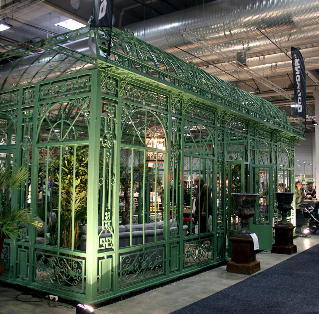 DYRT: Det dyreste drivhuset på Hagemesen: 700.000 kroner. Men med 40 kvadratmeters boltreplass er det plass til mye mer enn kun hagevekster. Foto: KRISTIN SØRDAL