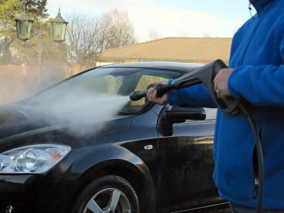 SPYL RENT: Spyl bilen grundig - nedenfra og opp. Gjenta gjerne til du er sikker på å ha fått av det aller meste.   Foto: Fred Magne Skillebæk