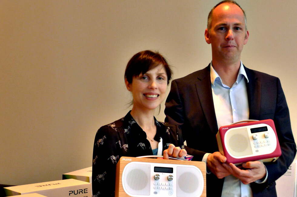 UTSEENDE OG LYD: DAB-radioer fra Pure har levd en litt bortgjemt tilværelse i Norge. Nå håper Vicky Hewlett og Jasper Wybrandts at salget skal ta av. Foto: TORE NESET