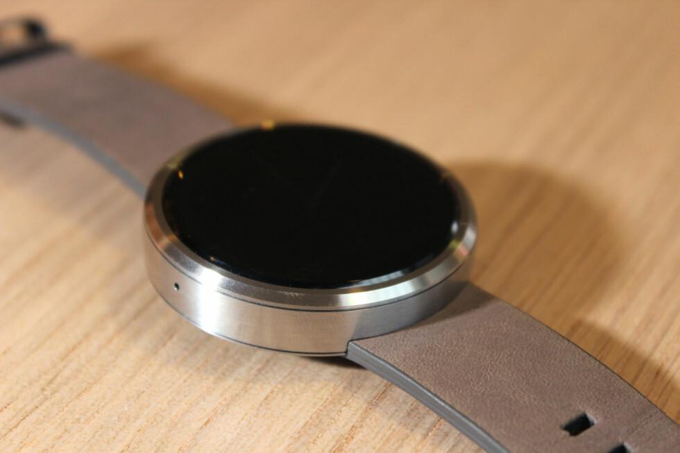 UTSKIFTBAR REIM: Moto 360 kommer med en standard 22mm-klokkereim, og du skal kunne bytte den selv eller hos en urmaker. Foto: OLE PETTER BAUGERØD STOKKE