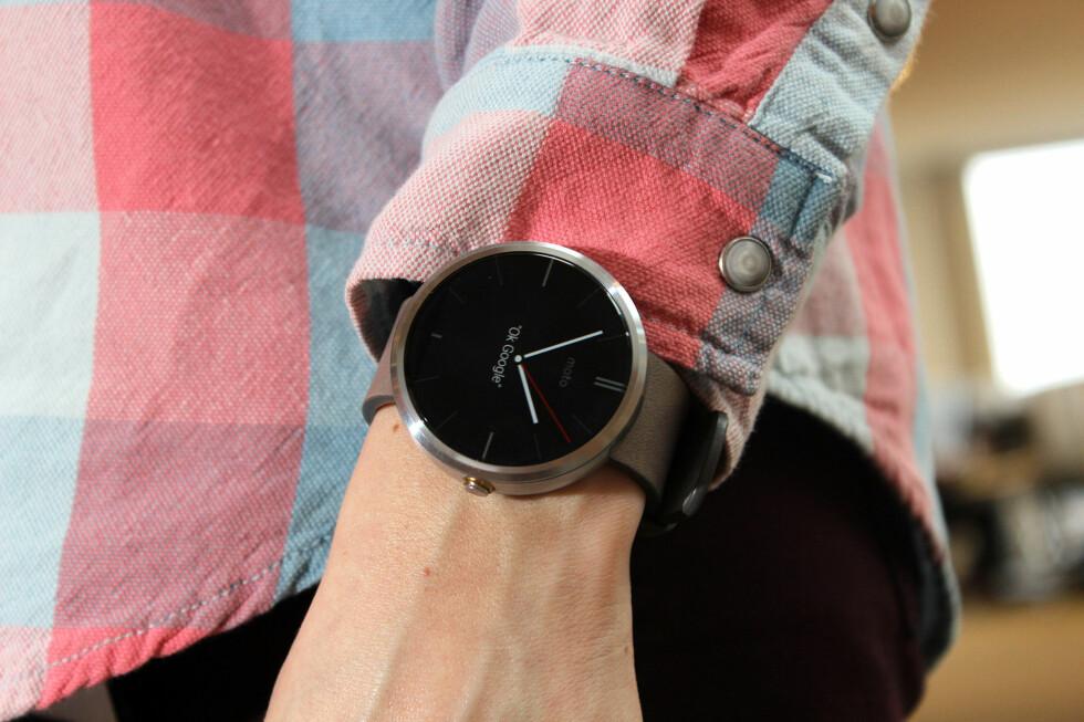 STILIG: Moto 360 er en av de desidert fineste smartklokkene, og ser ut som et vanlig armbåndsur. Foto: OLE PETTER BAUGERØD STOKKE