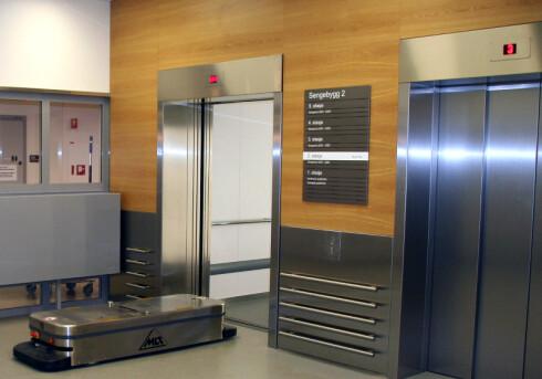 UNNA VEI: Robot skal inn i heisen. Foto: AHUS
