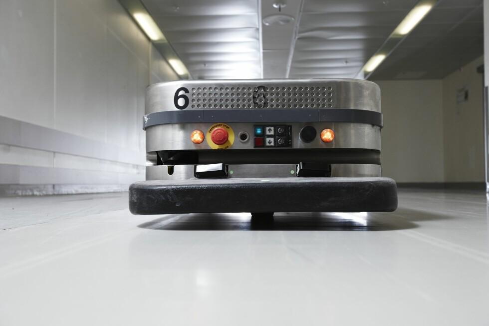 AUTOMATISK GÅENDE VOGN: Disse robotene har erstattet arbeidet til 15 portører ved Akershus universitetssykehus.  Foto: AHUS