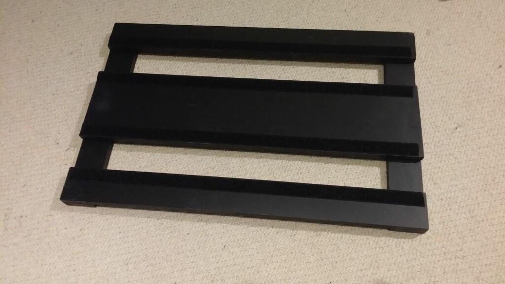 STILRENT: Filmbelagt kryssfiner er et svært solid materiale, med glatt overflate. Med noen strøk Plasti-dip ser det også stilig ut. Foto: BRYNJULF BLIX