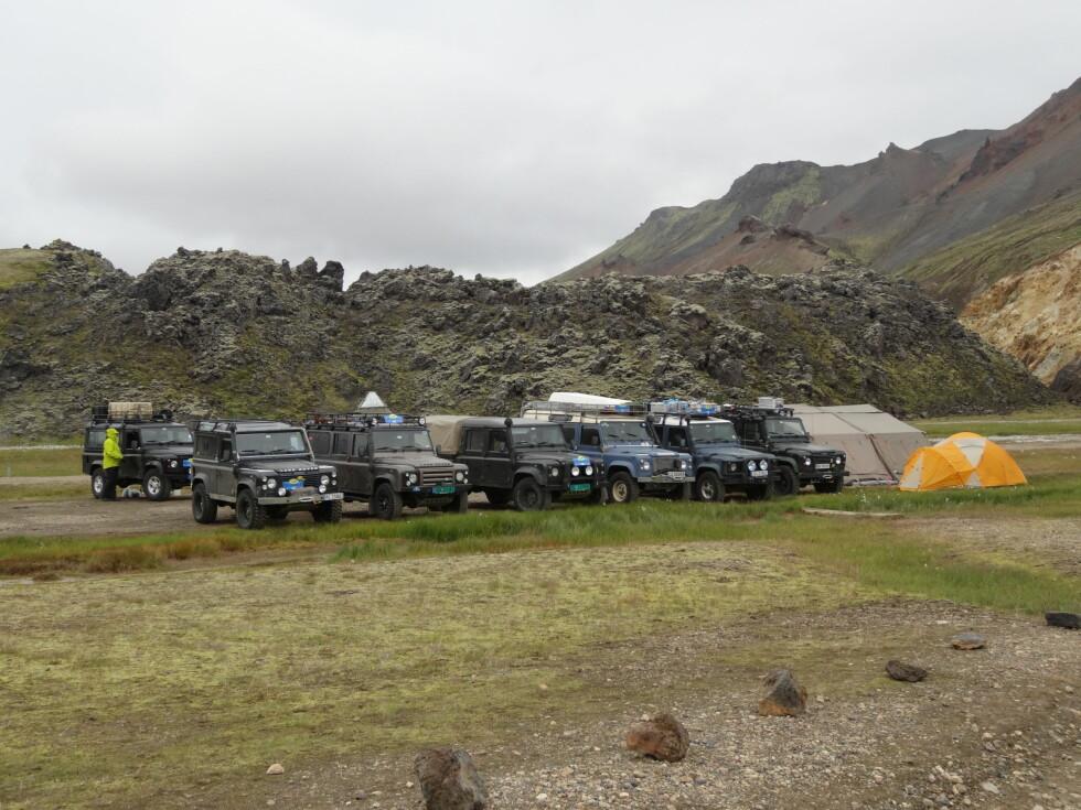 NORDMENN PÅ TUR: Denne gjengen fra den norske Land Rover-klubben sendte egne biler over til Island med båt. Deretter kjørte de rundt i flere uker på sagaøya. Her har de slått leir på Landmannalaugar, et populært og særdeles vakkert sted noen timers kjøring utenfor Reykjavik.   Foto: Fred Magne Skillebæk