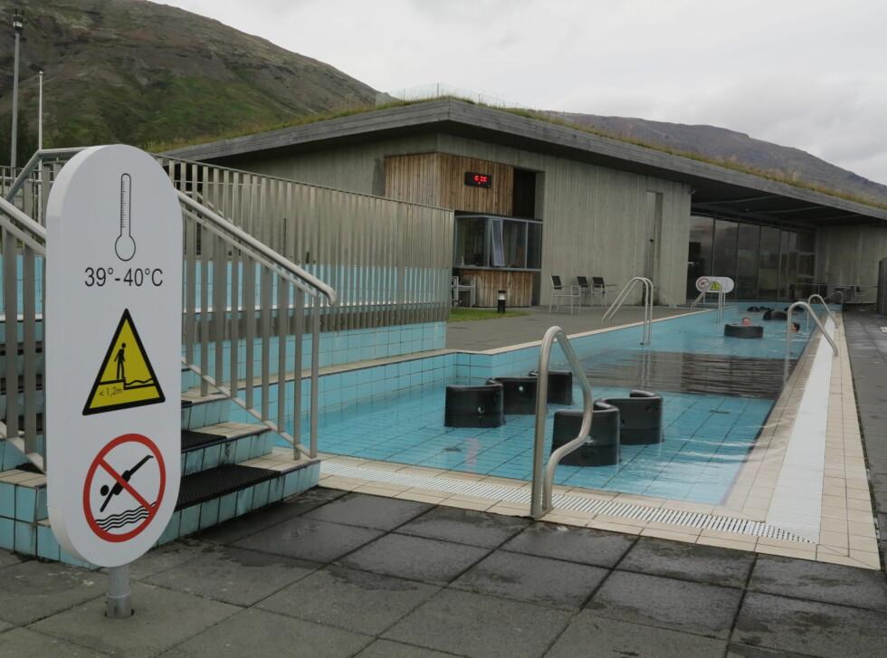 ORGANISERTE VARME KULPER: På Island bør du komme deg ut og bade i en av de naturlige varme kildene. Ønsker du litt mer siviliserte former, så er det flust av kommersielle badefasiliteter rundt om på øya, som her.    Foto: Fred Magne Skillebæk
