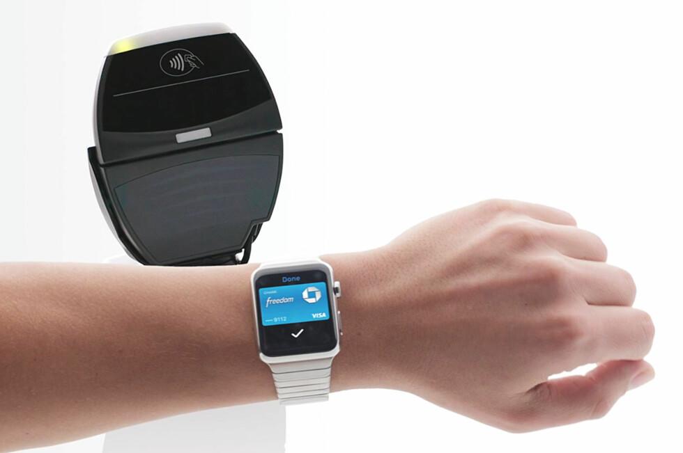 KLOKKEBETALING: Mobilbetaling var i går, i dag er det klokkebetaling som er siste skrik. Her ser du Apple Watch med Apple Pay, som amerikanere nå kan teste. Foto: APPLE