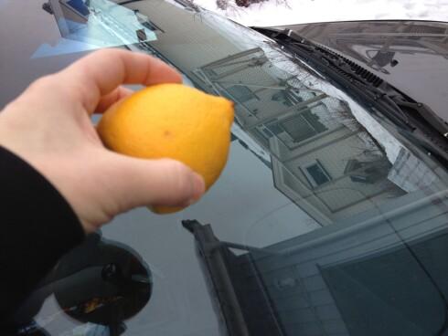 SITRON: Vil du ha ren frontrute, kan du prøve med sitron. Foto: BERIT B. NJARGA