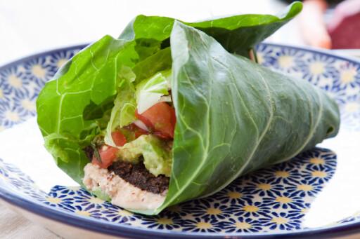SALAT SOM SKJELL: Du kan også bruke salat eller kål i stedet for skjell eller tortilla. Her en helt ren vegetartaco, pakket inn i et kålblad. Foto: ALLOVERPRESS