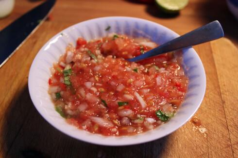 ENKEL OPPDATERING: Lag salsaen selv. Sunt, enkelt - og du bestemmer selv hvor hot du vil den skal være. Foto: ELISABETH DALSEG