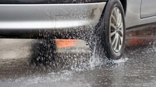 VANNPLANING: Vannplaning er en av de største farene sommerhjulene kan komme ut for.  Foto: DEKKMANN