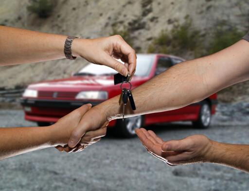 FORTSATT MANUELT: Du vil nå kunne formalisere bilsalget (/kjøpet), via Statens vegvesens hjemmesider - rett og slett selge (/kjøpe), bilen på nett, altså. Men nøklene må overleveres fysisk... Foto: PER ERVLAND
