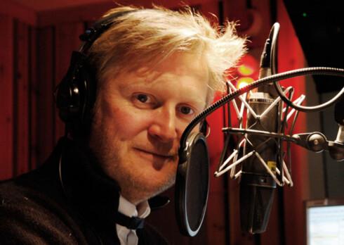 RADIOKJENDIS: Hans Christian Andersen prater i radioene han selger. Foto: NRK