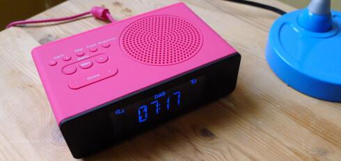 PÅ NATTBORDET: POP-klokkeradioen kan også fås i farger tilpasset de som ikke elsker rosa. Foto: TORE NESET
