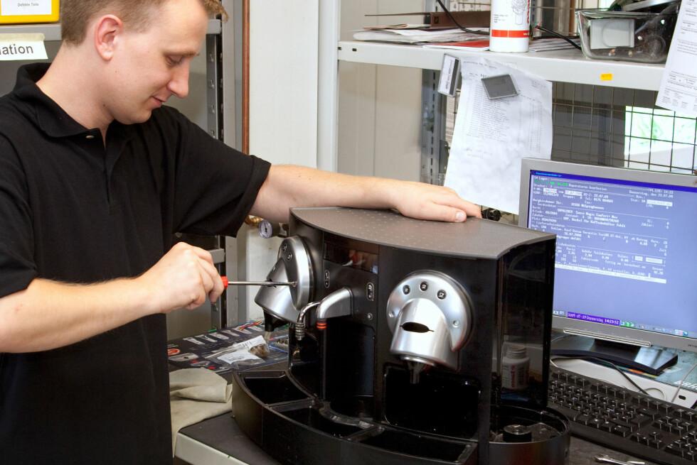 STRENGERE KRAV TIL DETTE: Det kan komme krav til at det skal bli lettere å reparere produkter som kaffemaskiner og støvsugere. Foto: ALL OVER PRESS