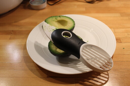 SKADEFRI: Tro det eller ei, men mange skader seg faktisk under skjæring av avokado. Vi har lært oss å sette pris på denne spesialkniven, men har også gode tips til deg som bruker vanlig kniv. Foto: ELISABETH DALSEG